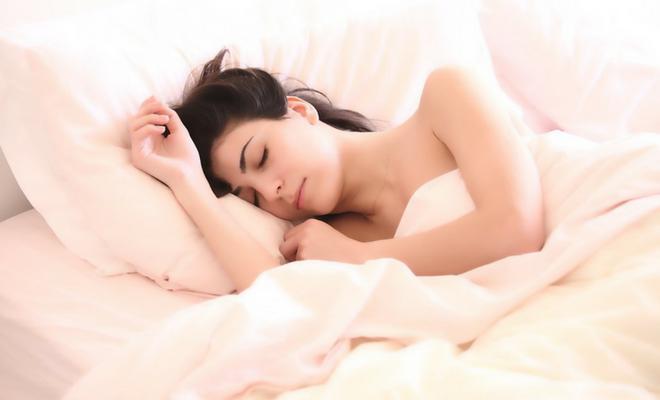 los beneficios de dormir desnuda