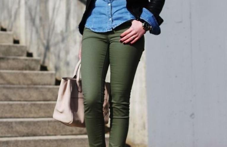 combinar un pantalón verde militar