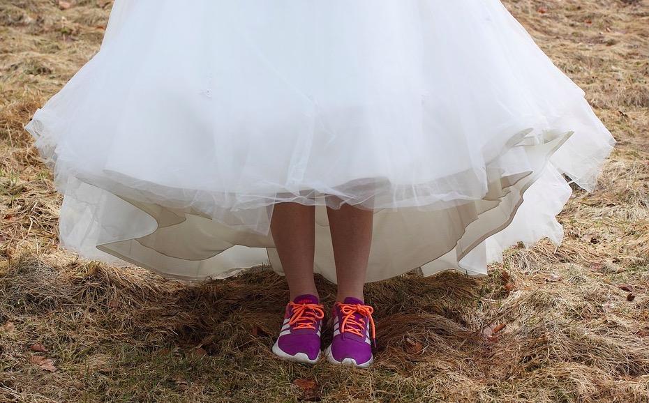 vestido de boda con tenis